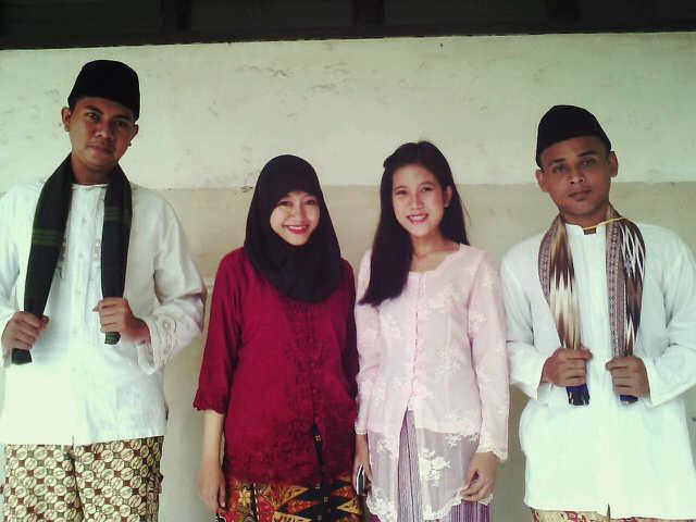 Nina Kurniawati (tiga dari kiri) bersama tim nya Purna Prakarya Muda Indonesia) memenangkan Lomba Kegiatan Kreatifitas Seni dan Budaya Pemuda Tingkat Kota Administrasi Jakarta Barat juara 2 lomba tarian tradisional betawi